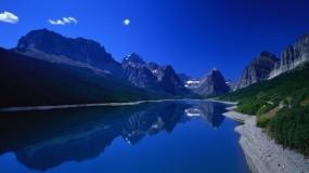 Обои Фантастическое озеро: Горы, Отражение, Вода, Берег, Трава, Небо, Вода и небо