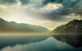 Обои Туман над горным озером: Облака, Горы, Вода, Озеро, Вода и небо