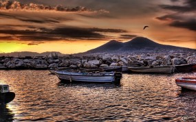 Обои Берег моря: Камни, Лодки, Берег, Вода и небо