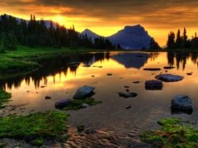 Обои Небольшое озеро: Лес, Закат, Камни, Озеро, Гора, Вода и небо