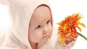 Ребёнок с цветком