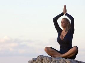 Уроки йоги от Jordan Carver