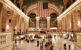 Обои Люди на вокзале в США: Город, Вокзал, Люди, США, Флаги, Архитектура