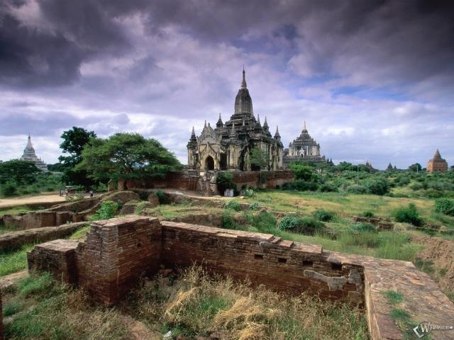 Развалины с замком