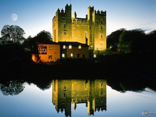 Замок на фоне воды