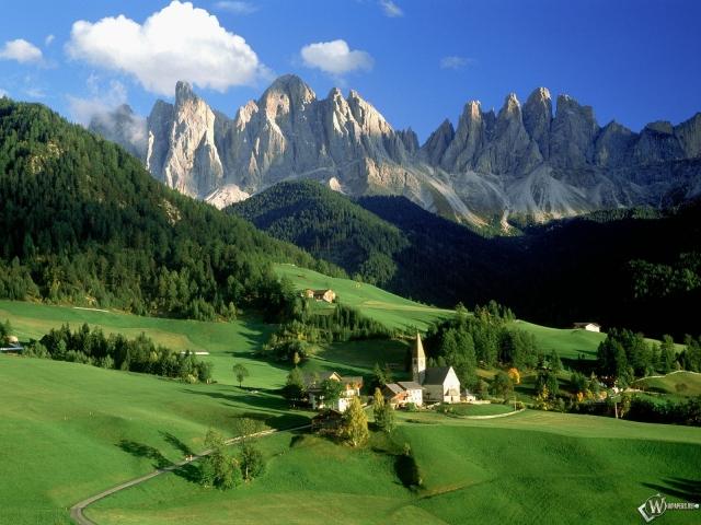 Замок на фоне гор