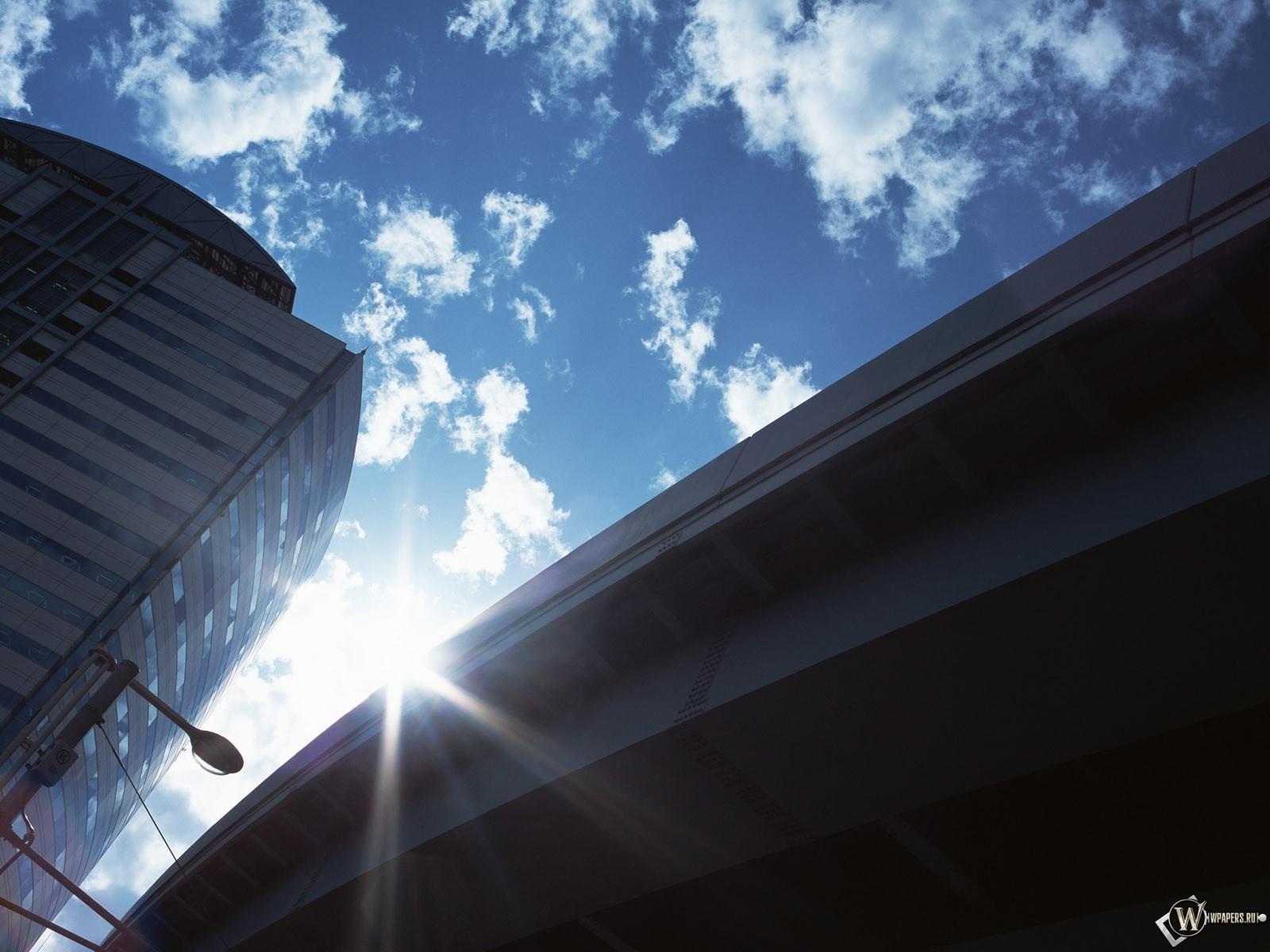 Небоскрёб на фоне моста 1600x1200