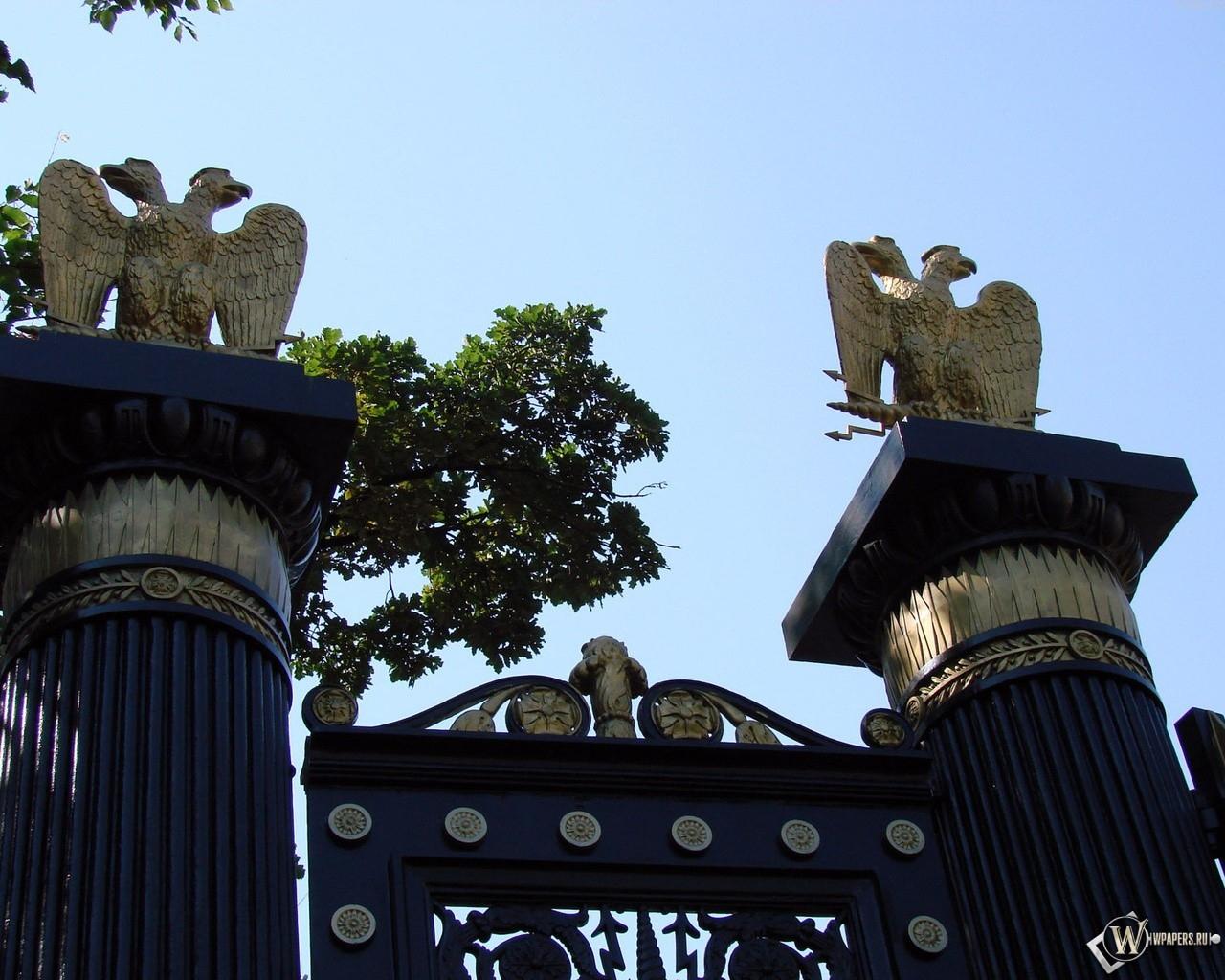 Двуглавый орёл на воротах (Москва) 1280x1024