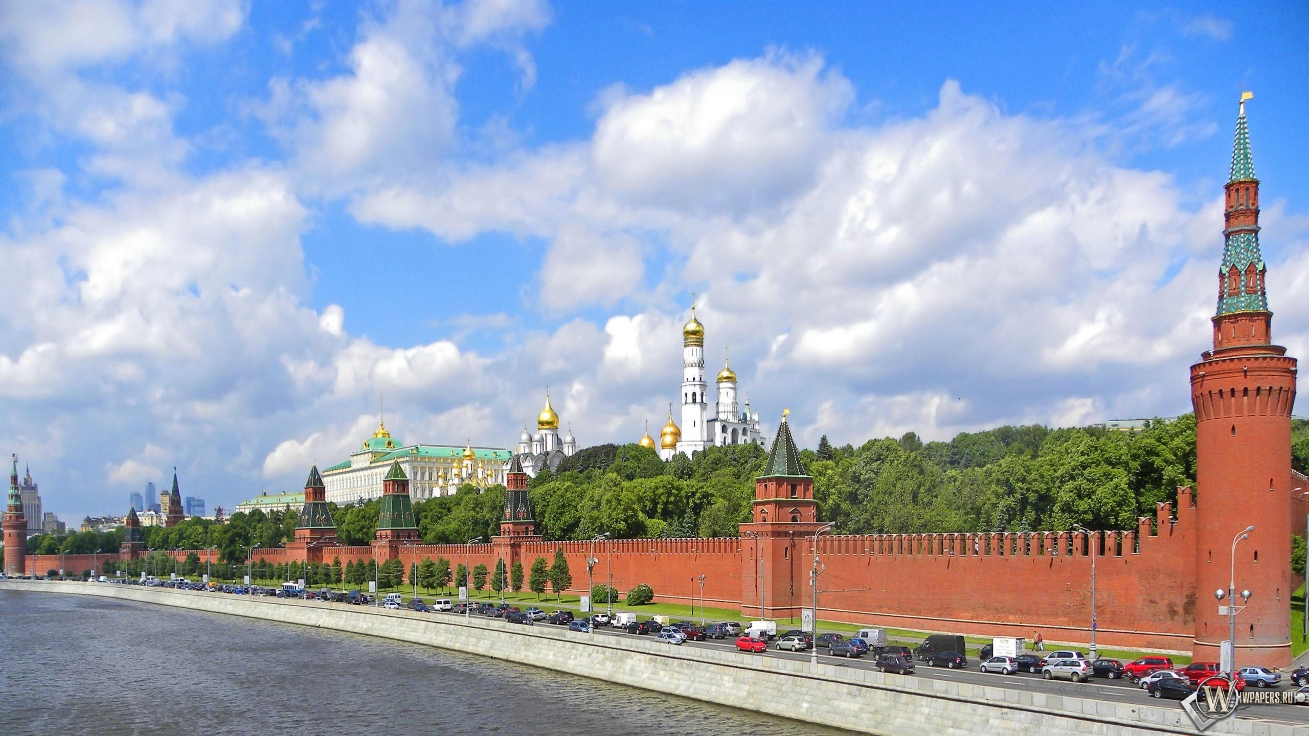 красная стена в москве 2560x1440