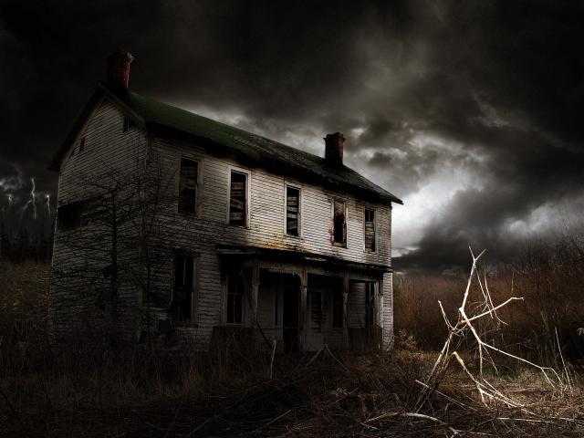 Заброшенный дом ночью