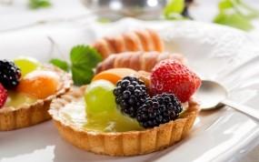 Обои Фруктовое пирожное: Еда, Клубника, Пирожное, Ложка, Еда