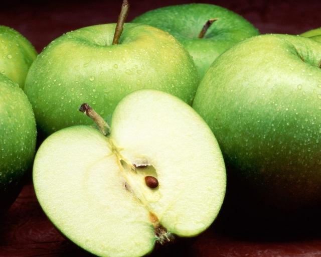 Зеленые яблоки с капельками воды