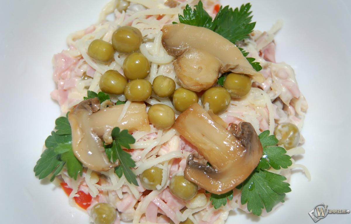 Салат с ветчиной - сыром и грибами 1200x768