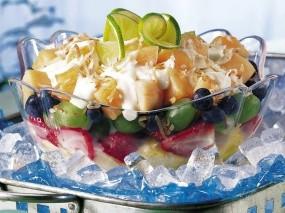 Фруктово-ягодный салат с йогуртом