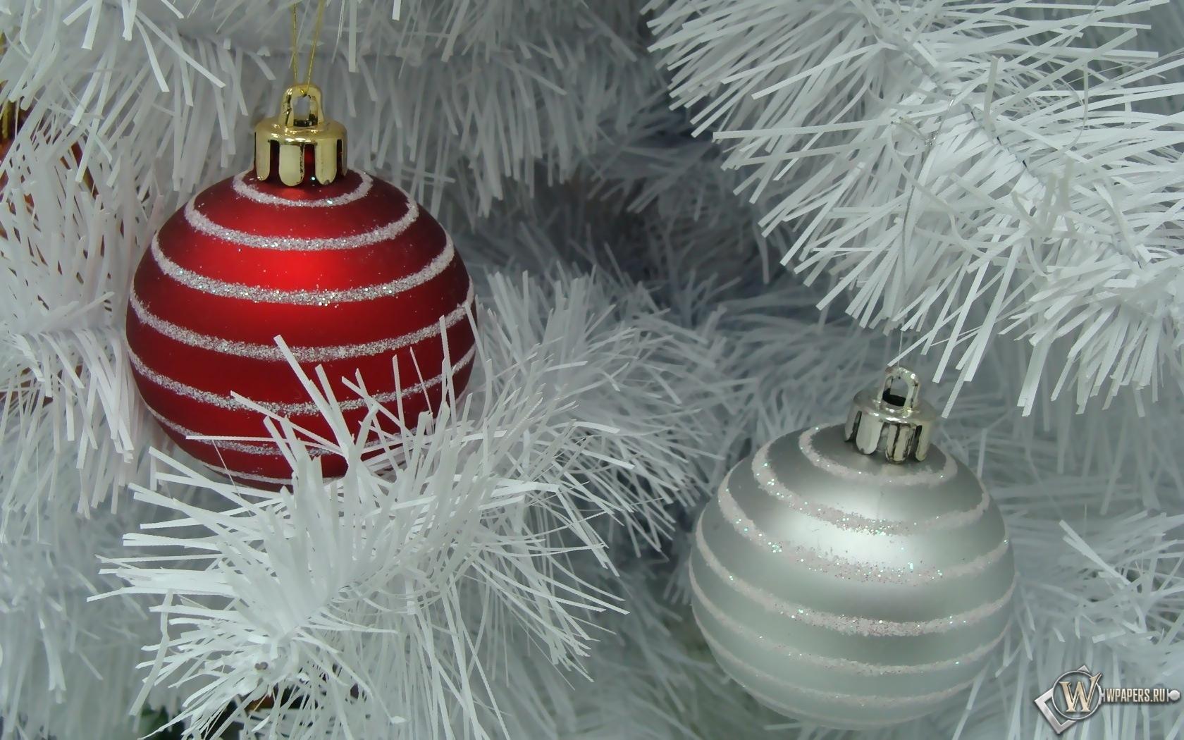 Красный и белый ёлочные шары 1680x1050