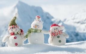 Обои Забавные снеговики: Горы, Снег, Новый год, Снеговики, Новый год