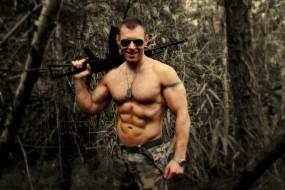 Обои Охотник: Мужская грудь, Автомат, Охотник, Мужчины