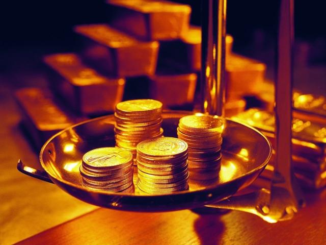 монеты на весах