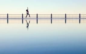 Обои Радостный бег: Отражение, Бег, Прыжок, Набережная, Радость, Настроения