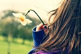 Обои Девушка с нарциссом: Девушка, Цветы, Настроения