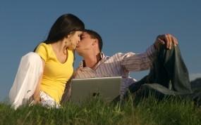 Обои Парень и девушка с ноутбуком: Девушка, Человек, Парень, Поцелуй, Люди, Настроение, Настроения