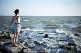 Обои Лето на море: Волны, Море, Девушка, Камни, Небо, Лето, Настроения