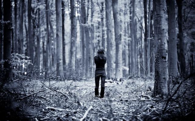 Одинокая девушка