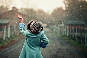 Обои Снег идет: Снег, Рука, Девочка, Снегопад, Настроения