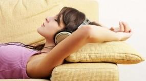 Спит в наушниках
