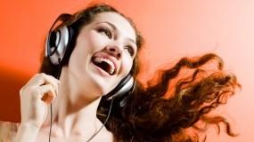 Обои Девушка в наушниках: Девушка, Музыка, Наушники, Радость, Музыка