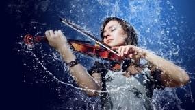 Обои Девушка со скрипкой: Девушка, Музыка, Скрипка, Капли воды, Синий фон, Музыка