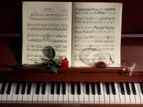 Роза на фортепиано