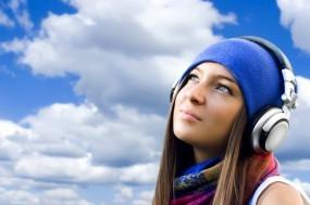 Обои В плену мечты: Девушка, Мечта, Небо, Музыка, Наушники, Музыка