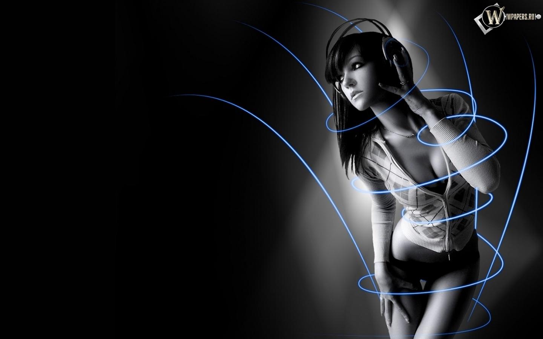 Симпотичная девушка в наушниках 1440x900