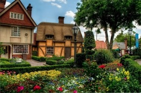 Обои Цветы у дома: Деревья, Цветы, Дом, Клумба, Цветы