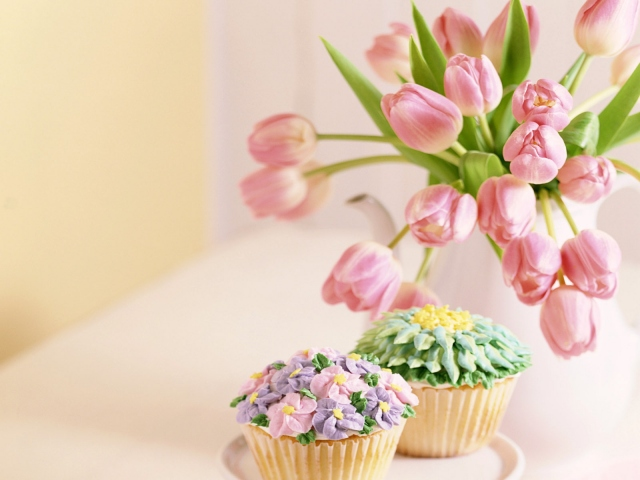 Тюльпаны и пирожные
