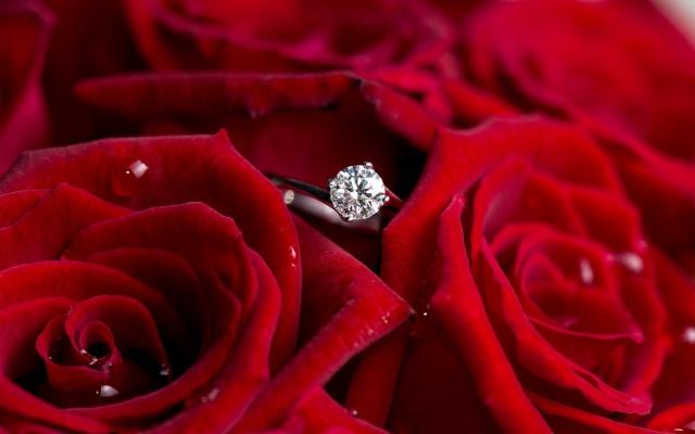 Кольцо с бриллиантом среди роз