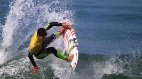 Серфингист на гребне волны
