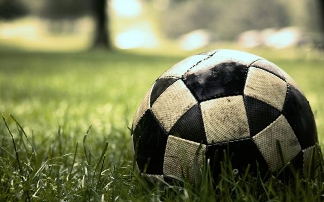 Грязный футбольный мяч
