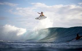 Обои Летящий сёрфер: Брызги, Полёт, Волна, Сёрфер, Спорт