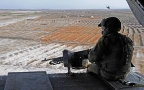 Обои Kandahar airfield: Вертолет, Поля, Небо, Солдат, Пулемет, Оружие