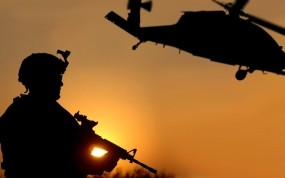 Обои Солдат на закате: Вертолет, Закат, Оружие, Солдат, Оружие