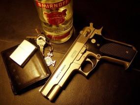 Обои Пистолет и smirnoff: Пистолет, Smirnoff, Зажигалка, Ключи, Оружие