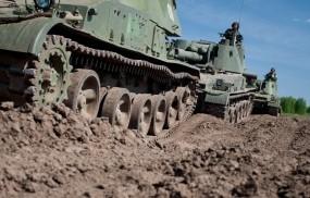 Обои Гусеницы танков: Земля, Танки, Гусеницы, Оружие
