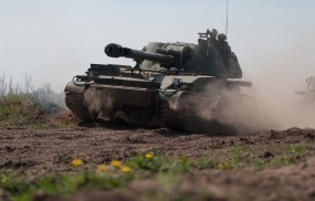 Обои Передвигающийся танк: Пыль, Танк, Оружие