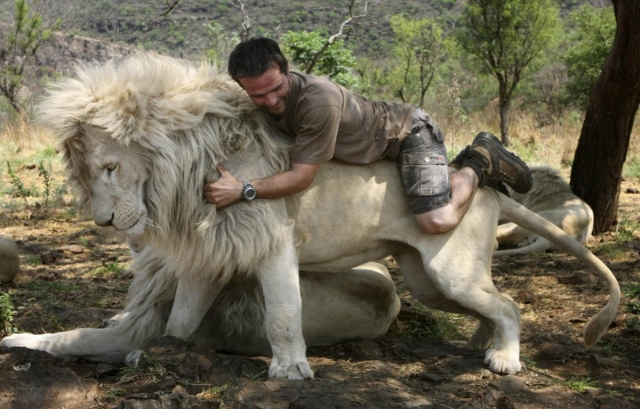 Кевин Ричардсон на льве