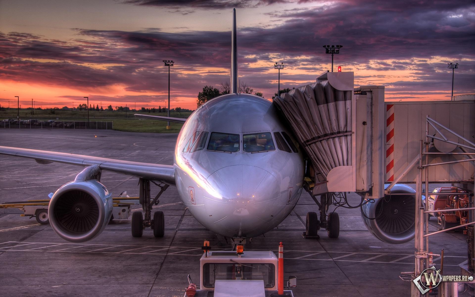 Самолет на погрузке 1920x1200