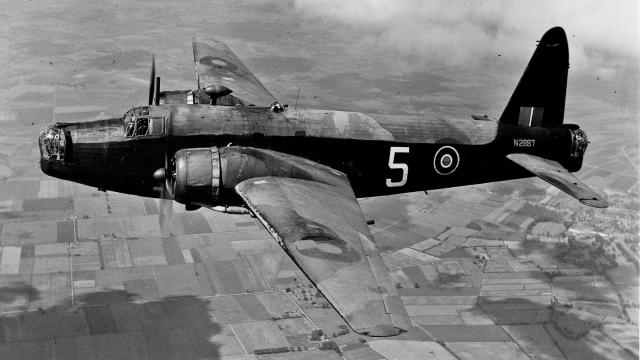 Виккерс Веллингтон - британский двухмоторный бомбардировщик