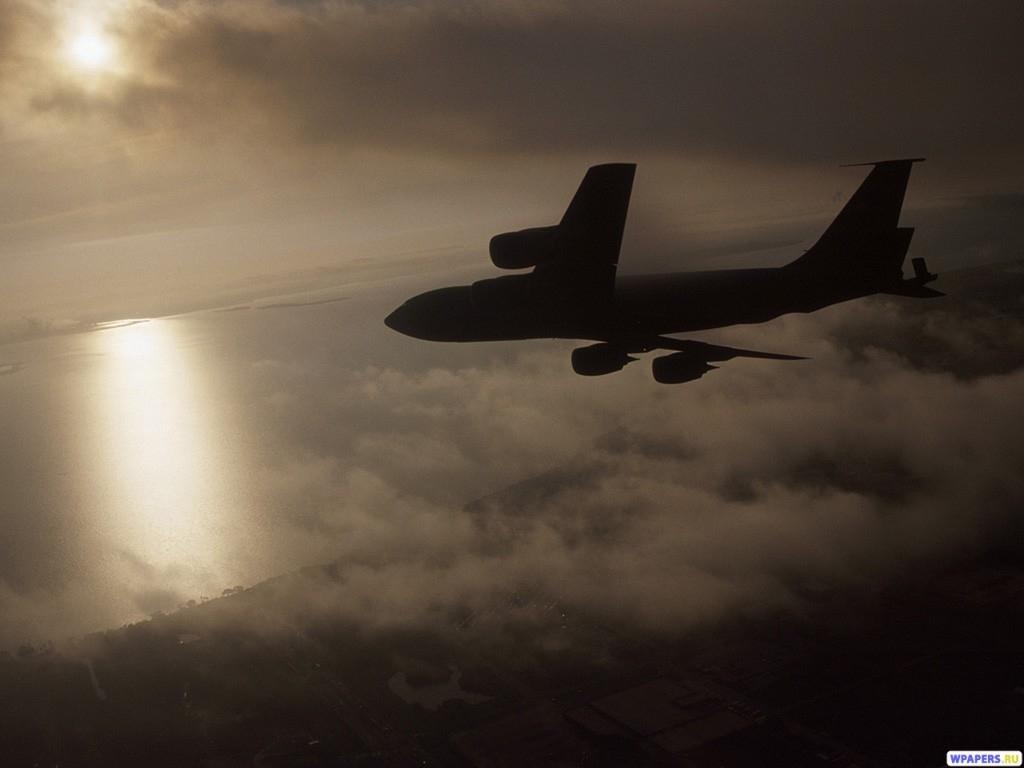 Самолет в облаках 1024x768