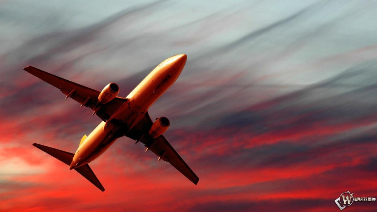 Полет самолета на закате 1280x720